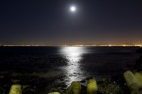 The moon rising over Table Bay [1301264207]